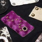 Pelle con strass e borchie
